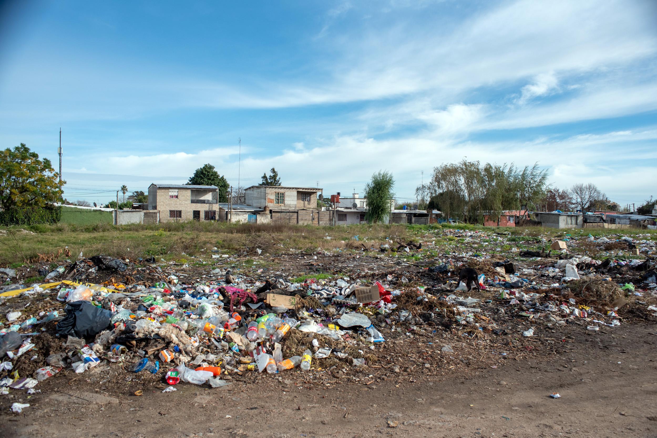 Limpieza de basural en Asentamiento 24 de enero el marco del Plan ABC. Domingo Arena y Elisa Menéndez