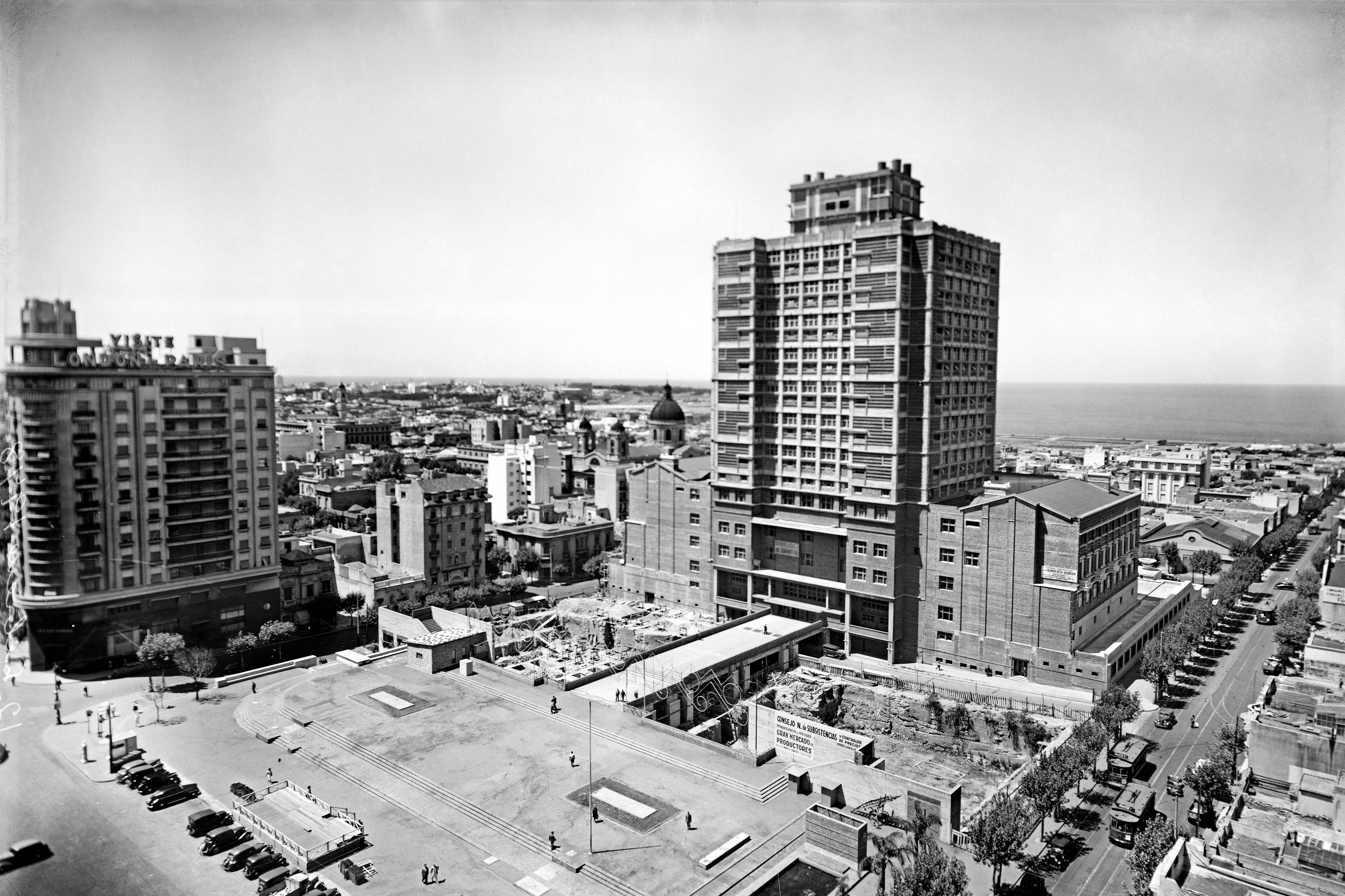 Construcción del atrio del Palacio Municipal. A la izquierda: avenida 18 de Julio. A la derecha: calle Ejido. Barrio Centro. Año 1947