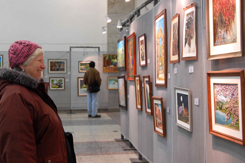 Muestra de Artes Pl{asticas de Adultos Mayores. Atrio Intendencia Montevideo.