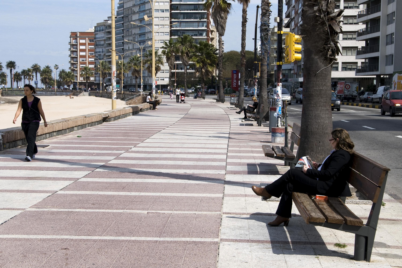 Gente conviviendo en la rambla de Montevideo