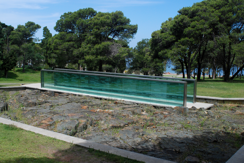 El Memorial de los Detenidos Desaparecidos, se originó en 1998 como proyecto conjunto de la Intendencia de Montevideo y Madres y Familiares de detenidos desaparecidos. Al año siguiente, se realizó un llamado a concurso obteniendo el primer premio los