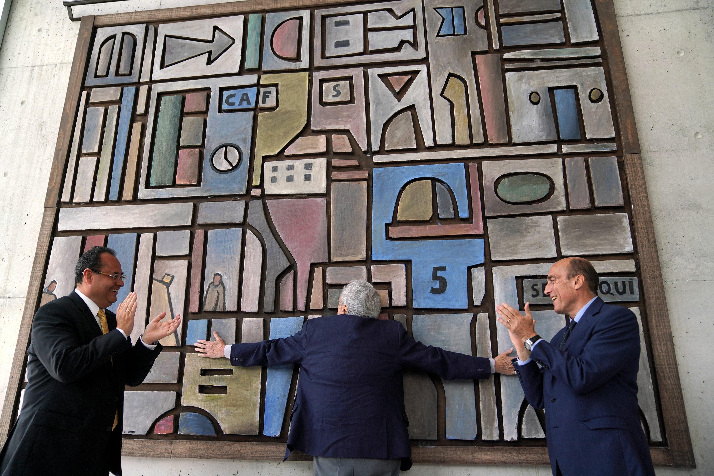 El presidente ejecutivo de CAF, Luis Carranza, el intendente de Montevideo Daniel Martinezy el muralista Walter Deliotti en la inauguracion del mural de su autoria: Ritmo de la Ciudad