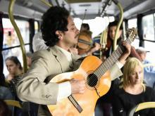 El Trio Cumparsita presentandose en los omnibus de la ciudad