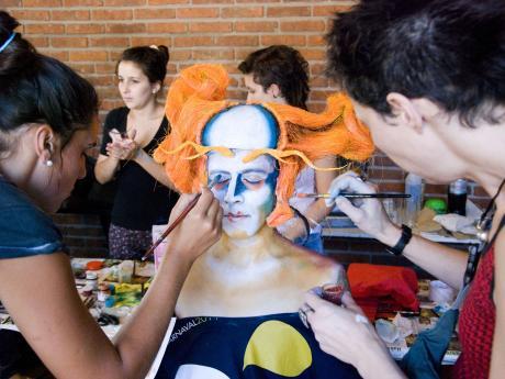 Maquillaje de la murga Agarrate Catalina antes del concurso en el Teatro de Verano.