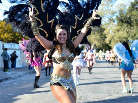 Desfile inaugural Movida Joven 2015