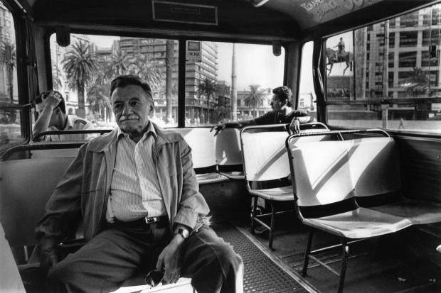 Mario en un ómnibus a Ciudad Vieja. Montevideo, 1996-1997