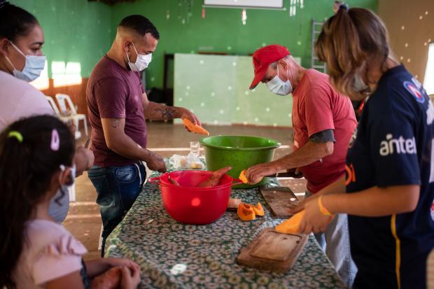 Entrega de alimentos a ollas populares en el marco del Plan ABC.