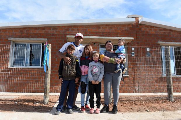 Entrega de viviendas en  barrio Cauceglia