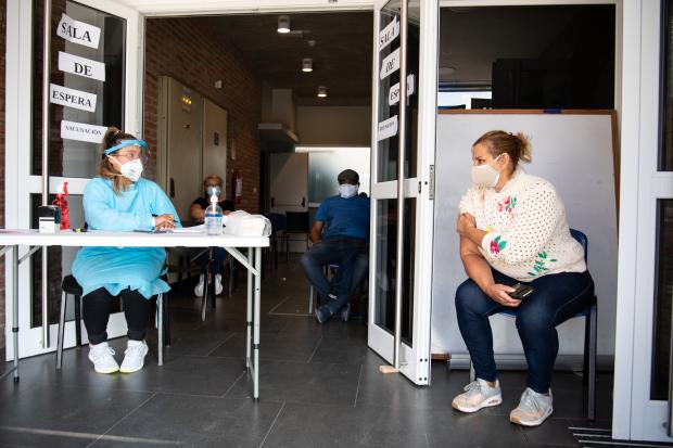Vacunación contra COVID-19 en la Policlínica del CRECE de Flor de Maroñas.