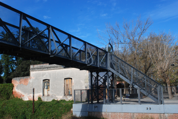 Puente sobre vía férrea en Barrio Peñarol.