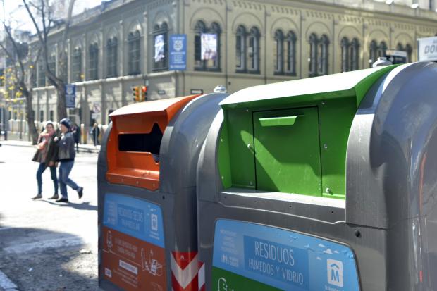 Contenedores nuevos Municipio B. Clasificación de residuos secos y residuos humedos y vidrio.