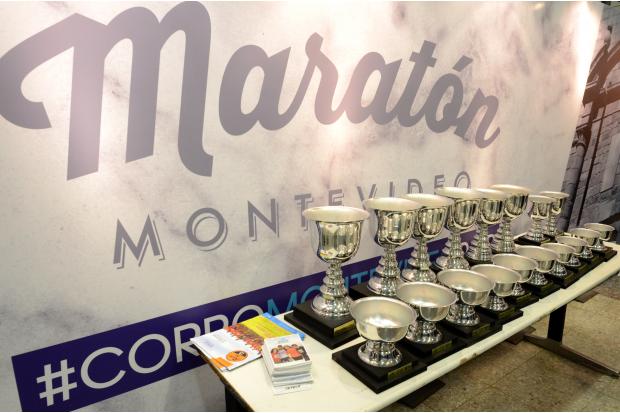 Entrega de kits Maraton Montevideo atrio Intendencia