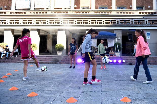 Muestra de fútbol femenino free-style.