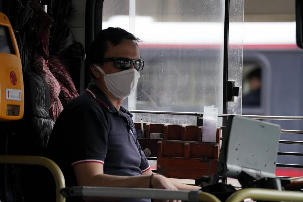 Entrega de tapabocas a usuarios del transporte público.
