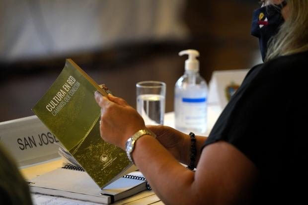 Entrega del libro Cultura en Red en el Congreso de Intendentes