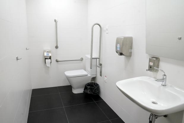 Baño accesible e inclusivo del Centro de Conferencias