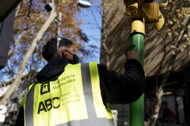 Pintura de columnas de semáforos en el marco del Programa ABC Oportunidad Trabajo