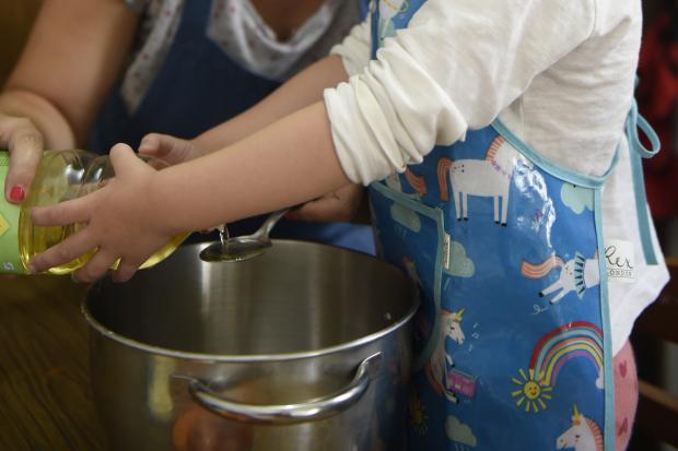 Cocina con niñas y niños
