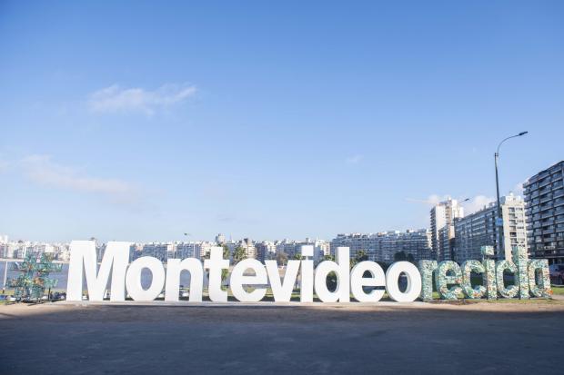 Intervención de letras de Montevideo con Intendente por Mes del Ambiente