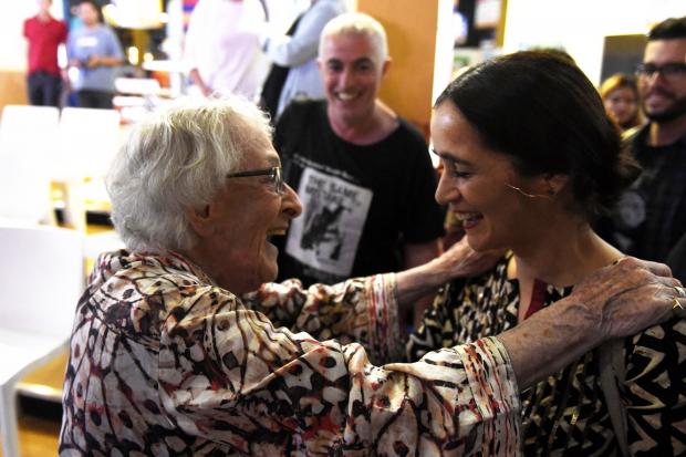 Ida Vitale y Julieta Venegas en el stand de Montevideo, 44 Feria Internacional del Libro de Buenos Aires
