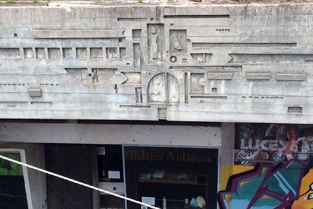 Mural de Dumas Oroño creado en 1968 en la galería ubicada en 18 de Julio y Tacuarembó.
