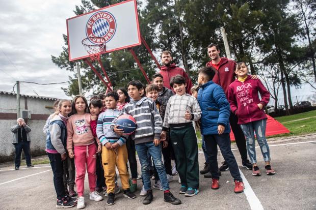 Bayern Munich dona equipamiento deportivo al barrio Lavalleja