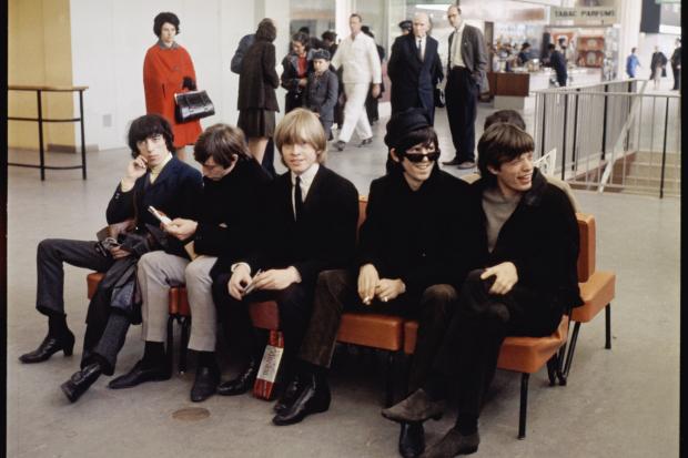 The Rolling Stones, Aeropuerto Le Bourget, París, Francia. Año 1964. Técnica: analógica, Película Kodak Ektachrome, 60x60mm. Autor: Roger Kasparian.