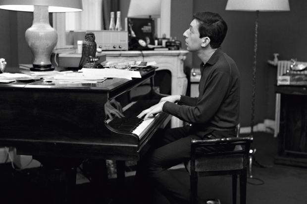 Serge Gainsbourg, París, Francia. Año 1963. Técnica: analógica, película Kodak Plus X, 60x60mm, BN. Autor: Roger Kasparian.