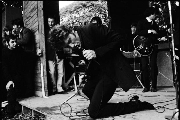 Johnny Hallyday, Robinson Village, Francia.  Año 1966. Técnica: analógica, película Kodak Plus X, 24x36mm, BN. Autor: Roger Kasparian.