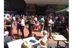 Personas bailando tango en la ciudad
