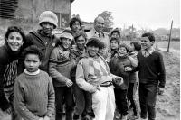Recorrido de autoridades estatales y municipales por el asentamiento San Fernando.  Al centro, el intendente de Montevideo, Aquiles Lanza. Esquina de la Avenida José Belloni y la calle Osvaldo Cruz. 20 de agosto de 1985.