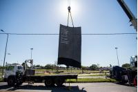 Izaje de escultura en homenaje a Idea Vilariño