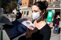 Donación de libros en la explanada de la Intendencia de Montevideo