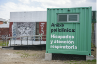 Instalación de contenedores en Policlínica La Teja