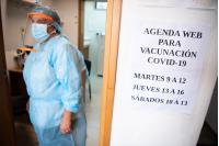 Vacunación contra COVID-19 en la Policlínica Zully Sánchez.