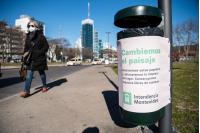 Intervención de papeleras en Plaza de La Democracia