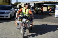 Presidente de UCRUS prueba motos para recoleccion de residuos.
