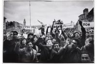 Jóvenes Peronistas esperan a Juan Perón en Plaza de Mayo, Buenos Aires. Setiembre 1955