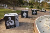 Instalación de cubos móviles de la muestra «Imágenes del silencio »