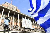 Transmisión del partido Uruguay vs. Arabia en la explanada de la Intendencia.