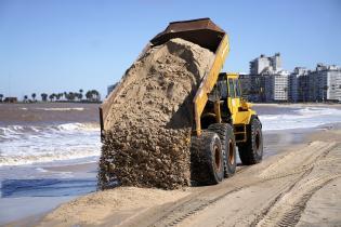 Trabajos de descalce de los muros en la Playa Pocitos