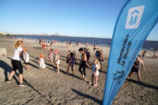 Clase de fitness en la playa del Cerro