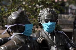 Monumento intervenido para fomentar el uso del barbijo.