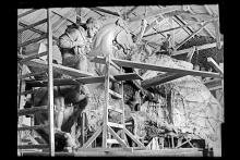 """Elaboración de la arcilla del diseño definitivo del monumento """"El Entrevero"""", del escultor José Belloni. Años 1960 - 1967 (aprox.). (Foto: JB010 - Autor: S.d.)."""