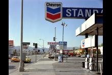Beverly Boulevard y La Brea Avenue. Los Angeles, California. 21 de junio de 1975. Autor: Stephen Shore.