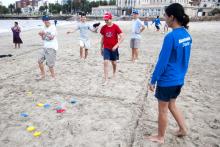 Personas jugando al tejo en la playa