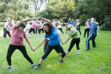 Actividades para adultos mayores en playas y parques