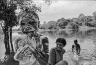 s/ título, Rio Trombetas, Pará, 1997. fotografía analógica. Autora: Elza Lima.
