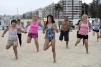 Personas participando de las actividades de fitness en la Playa de los Pocitos.